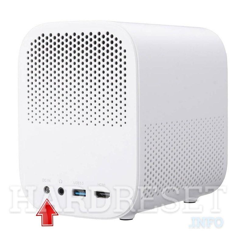 Arrow pointing on DC input on XIAOMI Mi Smart Compact Projector power plug in